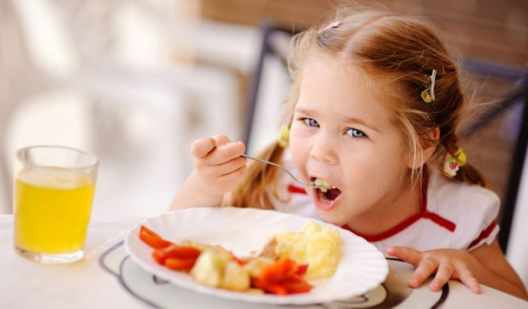 Cum sa il convingi pe copil sa manance legume