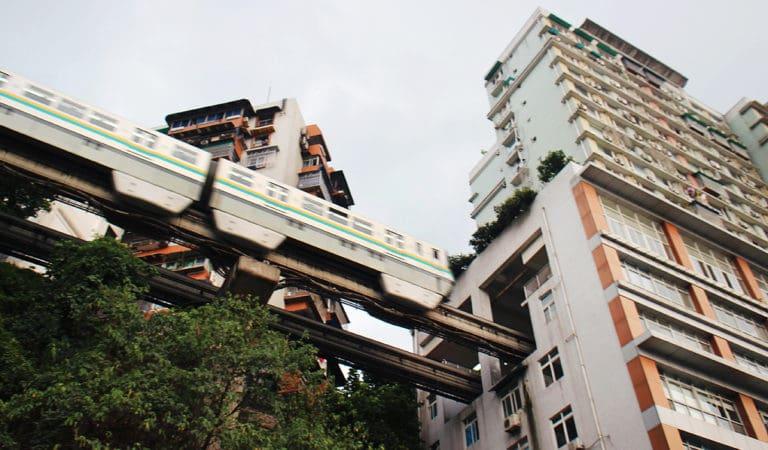 Eficienta in China: o linie de cale ferata trece exact prin mijlocul unui bloc turn